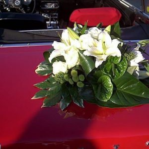 Décoration de voiture pour votre mariage Grand choix de décorations pour voiture de mariée réalisées sur mesure en fonction des couleurs et du thème du mariage Le bouquet de fleurs est solidement attaché sur la voiture avec une ventouse