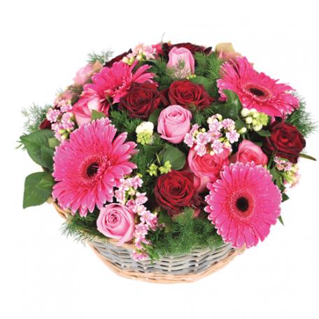 Centre de table pour les mariées uniquement dans les coloris roses, dégradé pastel avec de la verdure ( gerberas , roses roses et roses rouges )
