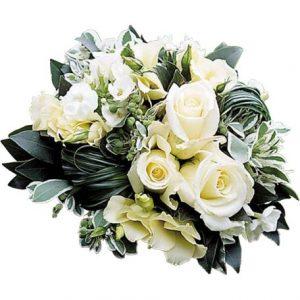 Votre bouquet de mariée composé de roses blanches , fleurettes de saison et feuillage travaillé.