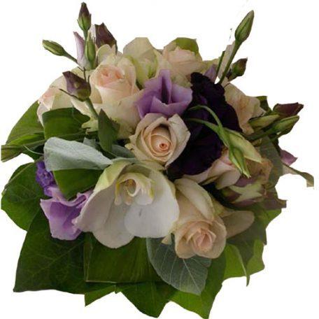 Votre bouquet de mariée, composé de roses, lysianthus et phalaénopsis
