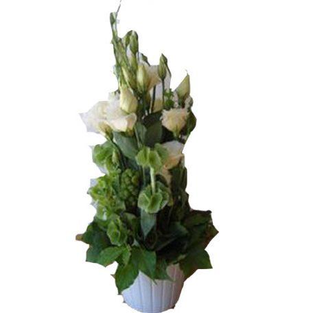 Composition avec lysianthus et feuillage , branchage de saison dans un contenant en céramique blanc