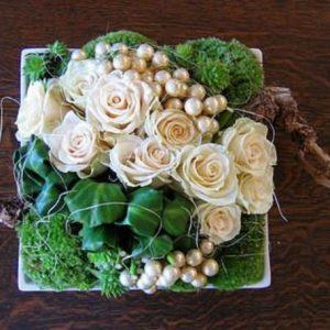 Un bel assemblage de fleurs en mode linéaire dans un contenant de forme carré , accompagné de roses blanches ( possibilité de mettre d'autres coloris ) . Pour les amoureux de la nature une composition qui sera faite par votre artisan fleuriste avec des éléments type mousse , écorce de bois , branchage, pomme de pin .
