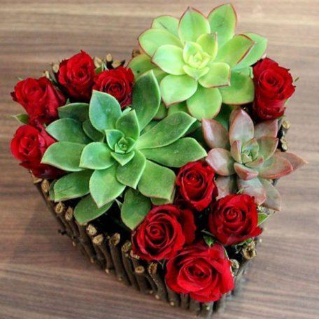 Coeur de roses rouges pour présenter les alliances ou pour centre de table des amoureux . plaira aux amoureux de la nature avec un style trés naturel avec des éléments type, cannelle, pomme de pin , écorce de bois et branchage . contenant en zinc mat ou en feuillage . Votre mariage sera un jour plein d'émotions. Faites en également un jour plein de couleurs et de fraicheur grâce aux créations florales que vous propose la Fleuriste Estelle pour votre jour.