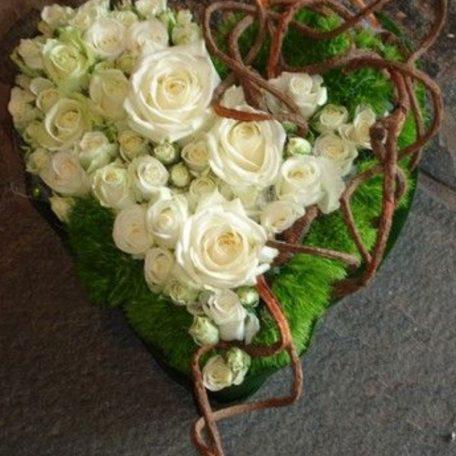 coeur de roses blanches pour présenter les alliances ou en centre de table Avec des roses blanche sou rouges , avec de la mousse naturelle et des branchages ou éléments naturels type , cannelle, pomme de pin , écorce de bois..parfait pour les amoureux de la nature