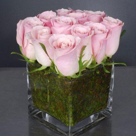 Petit jardin de roses roses ou autre coloris possible, dans un contenant en verrerie avec de la mousse naturelle ou autre contenant en alu ou vannerie .Petit jardin de roses roses ou autre coloris possible, dans un contenant en verrerie avec de la mousse naturelle ou autre contenant en alu ou vannerie .