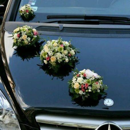 Décoration de voiture pour votre mariage Prix indicatif pour une composition Grand choix de décorations pour voiture de mariée réalisées sur mesure en fonction des couleurs et du thème du mariage Le bouquet de fleurs est solidement attaché sur la voiture avec une ventouse La décoration de voiture peut aussi servir de décoration de table