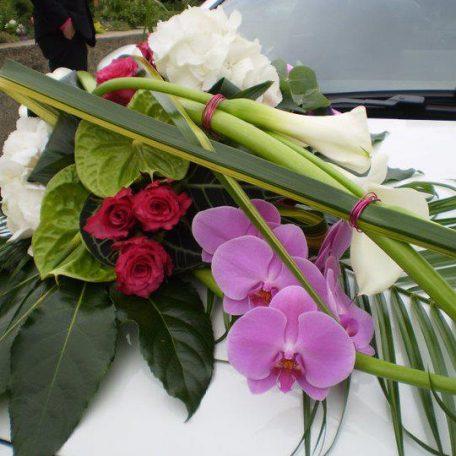 Décoration de voiture pour votre mariage Grand choix de décorations pour voiture de mariée réalisées sur mesure en fonction des couleurs et du thème du mariage Le bouquet de fleurs est solidement attaché sur la voiture avec une ventouse La décoration de voiture peut aussi servir de décoration de table