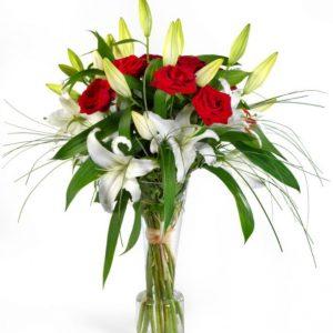 Bouquet de roses rouges et de lys blancs Julia